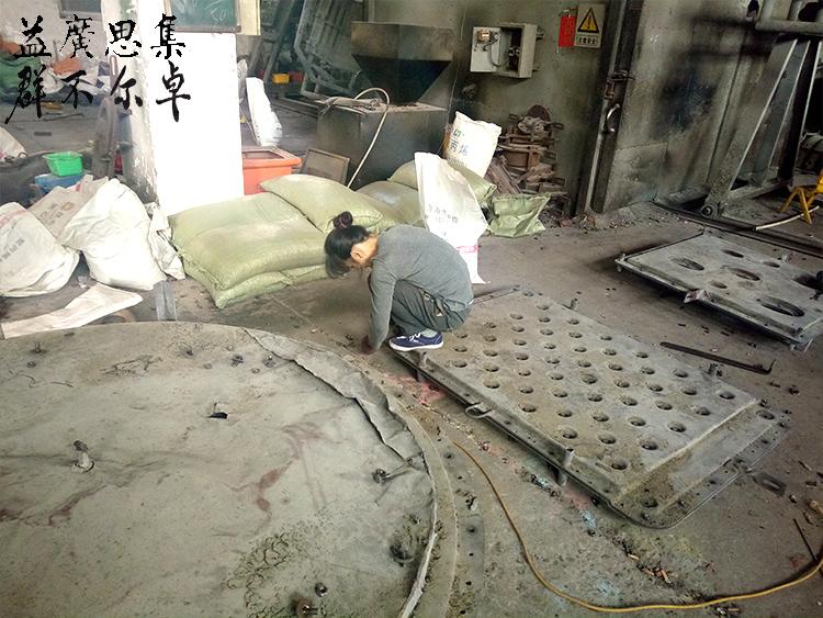 工人清洗磨具